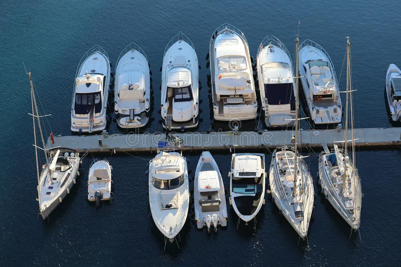 Hoogste Weergeven van Luxueuze Varende die Jachten en Boten in de Haven van Fontvieille in Monaco worden vastgelegd stock foto
