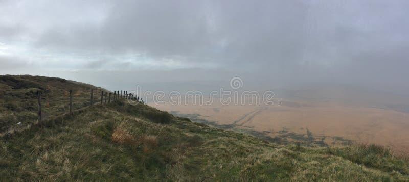 Hoogte in de heuvels die over de gebiedsmening kijken, bewolkte/nevelige die dag, in het UK wordt gevergd royalty-vrije stock afbeeldingen