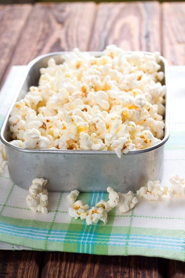 Hoogtepunt van de aluminium het vierkante kom van zoute popcorn royalty-vrije stock fotografie