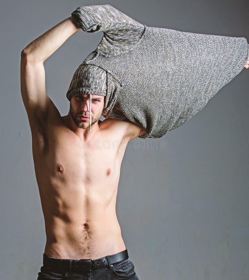 Hoogtepunt van energie Zes pak van de sexy mens met naakt torso Geschiktheidsdieet Wens en verleiding Atletenmens, haarverzorging stock afbeelding