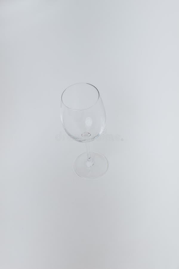 Hoogtepunt van leeg wijnglas op grijze achtergrond royalty-vrije stock foto's