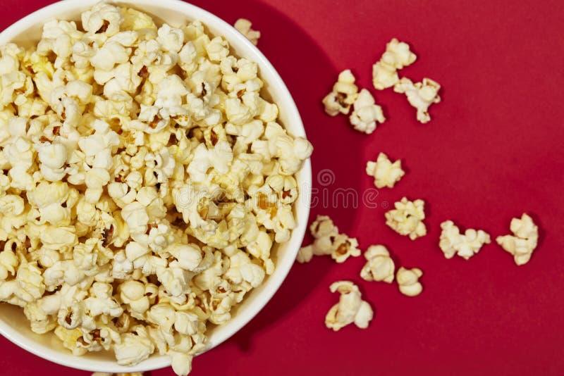 Hoogtepunt van popcorn in kom op kleurenachtergrond royalty-vrije stock afbeeldingen