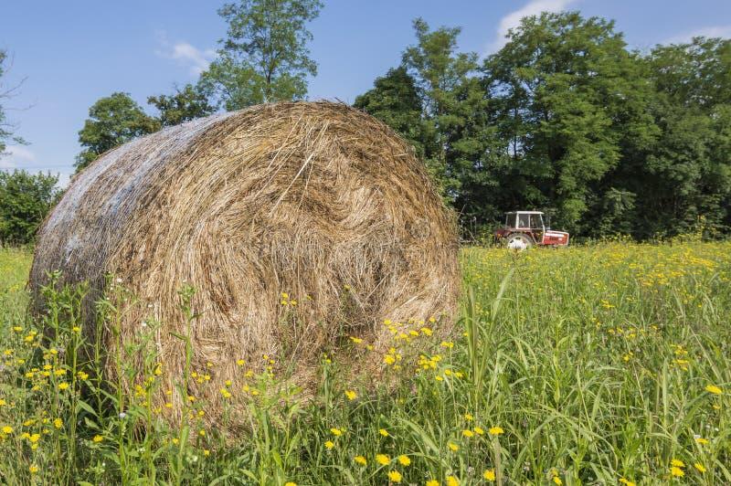 Hooibalen en tractor royalty-vrije stock foto's