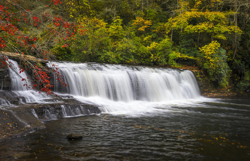Hooker fällt Herbst-Wasserfall-Du Pont Zustands-Wald-NC-Herbstlaub lizenzfreies stockfoto