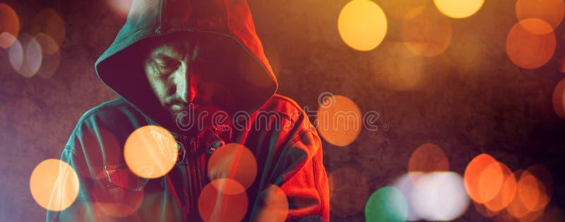 Hooligan met hoodie in het stedelijke omringen stock fotografie