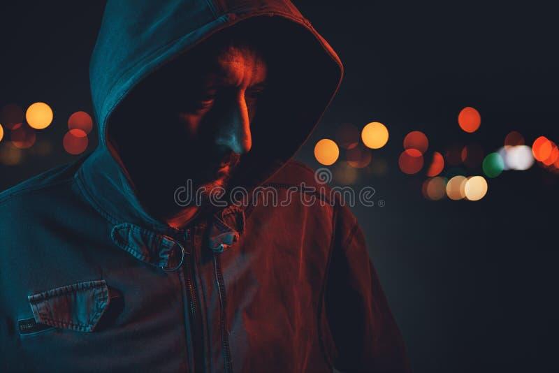 Hooligan met hoodie in het stedelijke omringen stock afbeelding