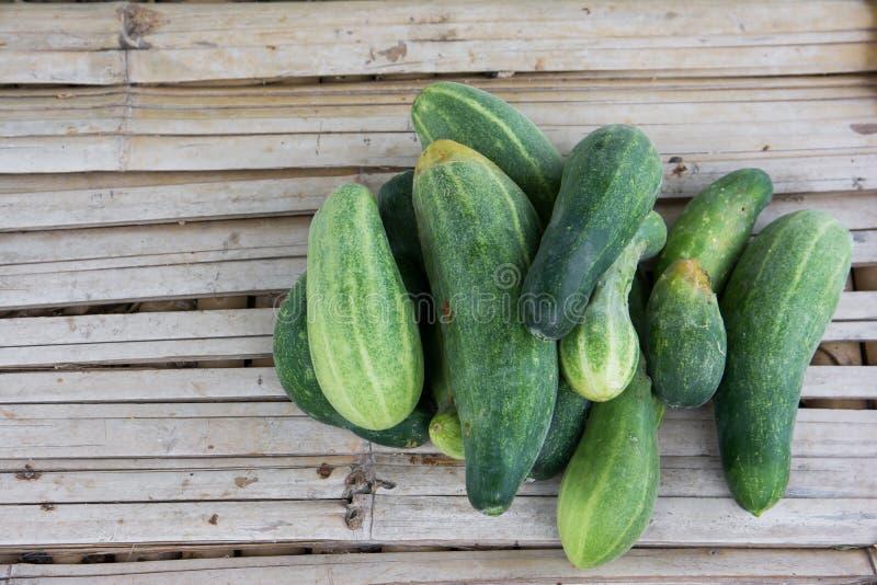 Hoop natuurlijke komkommers op bamboevloer royalty-vrije stock fotografie