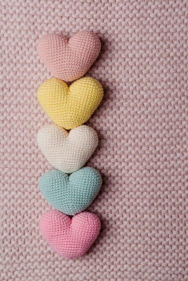 Hoop van gebreide harten Achtergrondvalentijnskaarten Day De Kaarten van de valentijnskaartendag stock foto