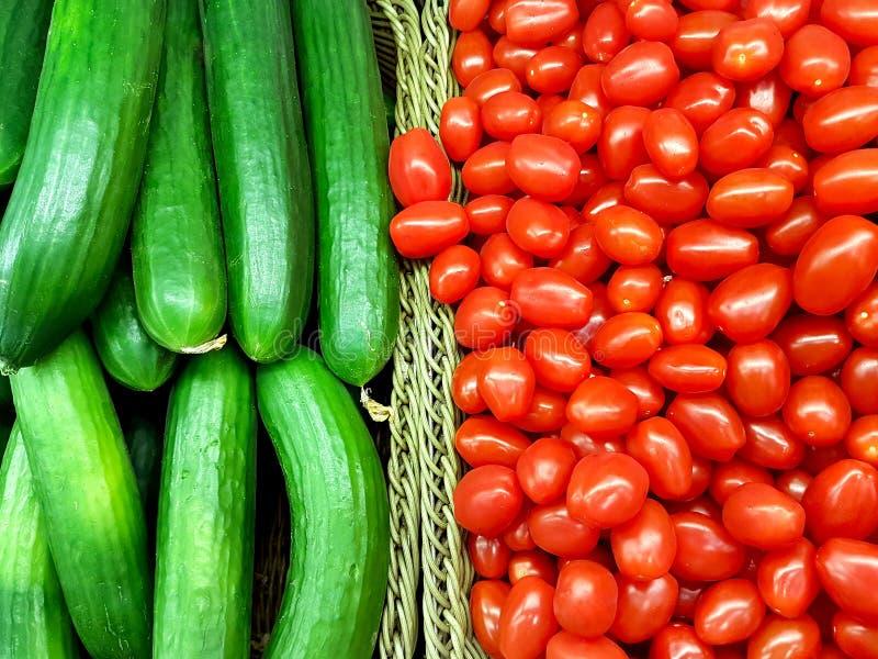 Hoop van gehele tomaten en komkommers royalty-vrije stock foto's