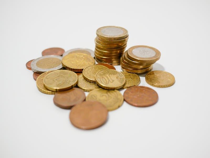 Hoop van gemengde benamings Europese Euro muntstukken op een witte bureau ondiepe velddiepte stock foto