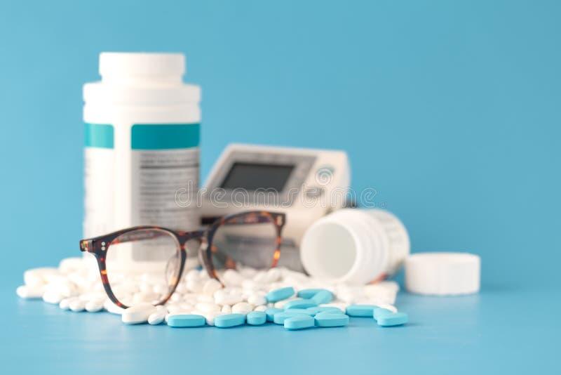 Hoop van van geneeskundetabletten en pillen verschillende kleuren in blaren op witte achtergrond De ruimte van het exemplaar Gezo royalty-vrije stock fotografie