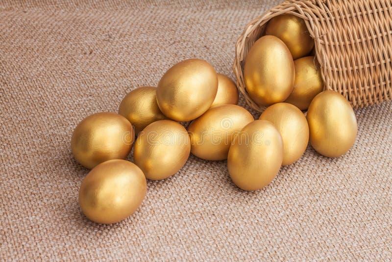 Hoop van gouden paasei in rieten mand royalty-vrije stock afbeelding