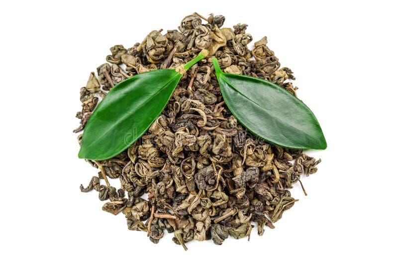 Hoop van groene thee met bladeren op wit stock foto's