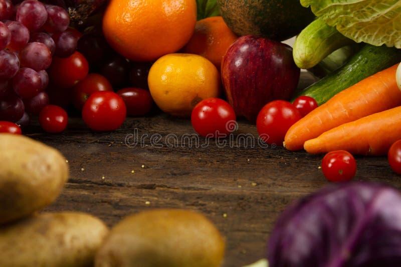 Hoop van groenten en vruchten op houten bureau bij keuken stock foto