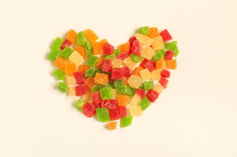 Hoop van kleurrijke heerlijke gekonfijte vruchten in vorm van hart stock afbeelding