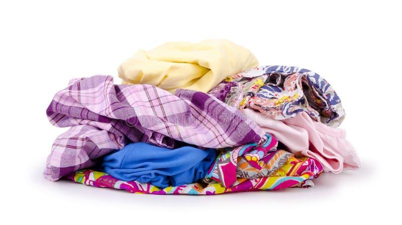 Hoop van kleurrijke kleren die op wit worden geïsoleerd royalty-vrije stock afbeeldingen