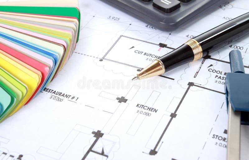 Hoop van ontwerp en projecttekeningen op lijst stock foto