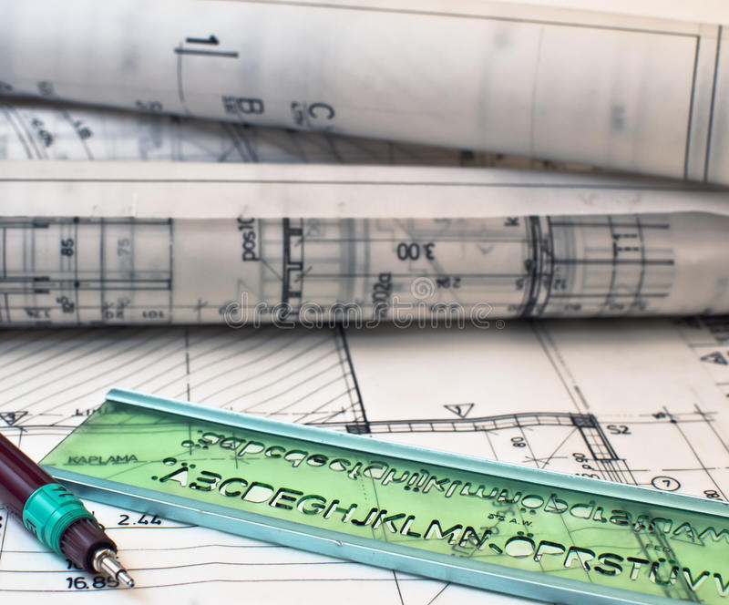 Hoop van ontwerp en projecttekeningen op lijst stock afbeelding
