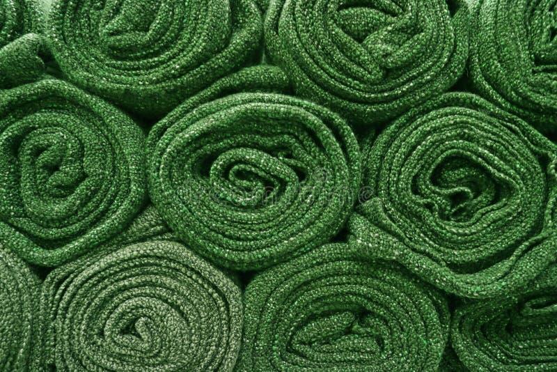 Hoop van opgerolde olijf groene dekens voor achtergrond stock foto