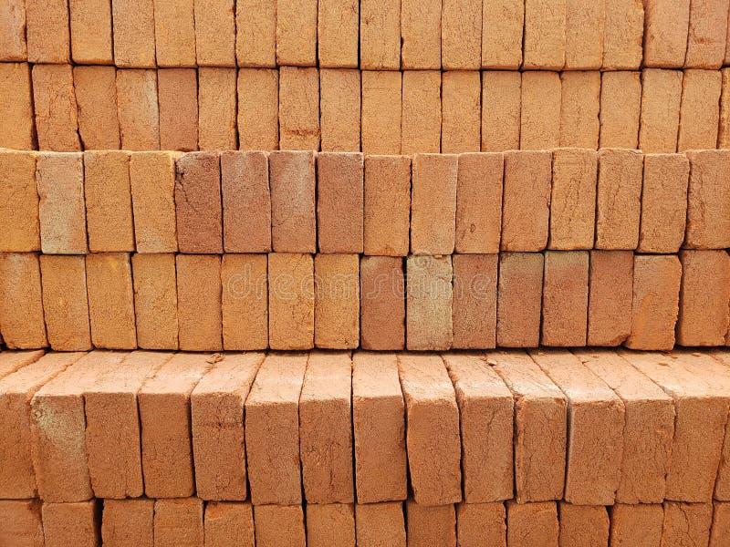 hoop van oranje gestapelde bakstenen, achtergrond en textuur stock fotografie