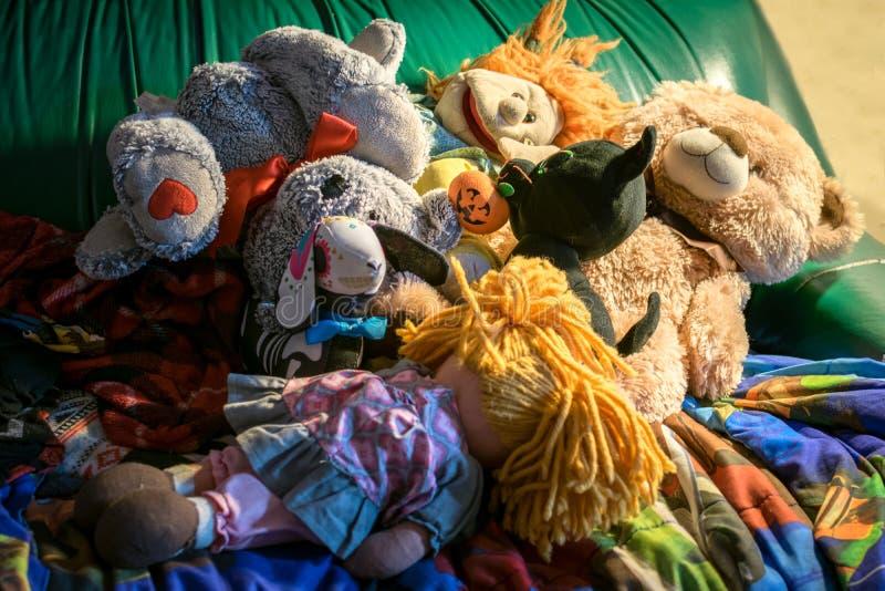 Hoop van poppen en gevulde dieren, op een groene laag royalty-vrije stock foto