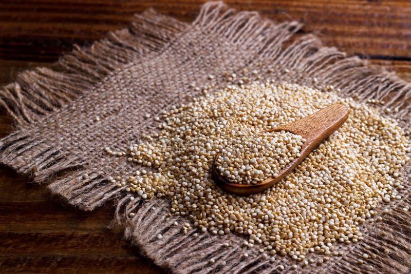 Hoop van quinoa zaden stock foto's