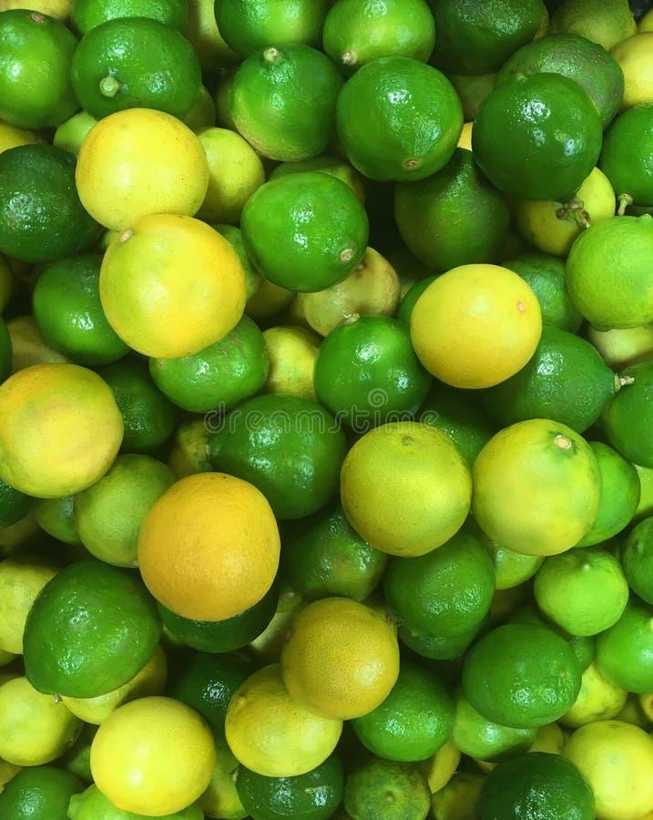 Hoop van ruw geel en groen kalkvruchten patroon stock afbeeldingen