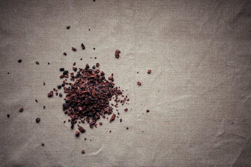 Hoop van ruwe cacaobonen stock foto's