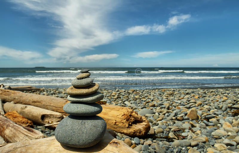 Hoop van stenen in Robijnrood strand stock fotografie
