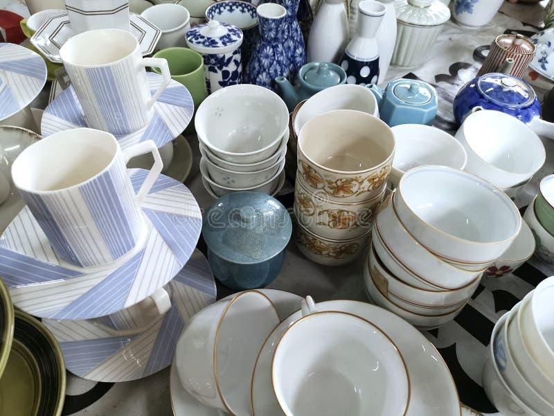 Hoop van verschillend aardewerk, porselein en ceramische schotels Kom, platen en koppen Sluit omhoog royalty-vrije stock foto's
