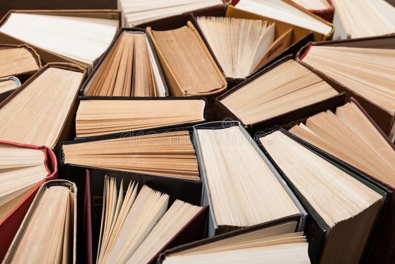 Hoop van verschillende boeken op achtergrond royalty-vrije stock fotografie