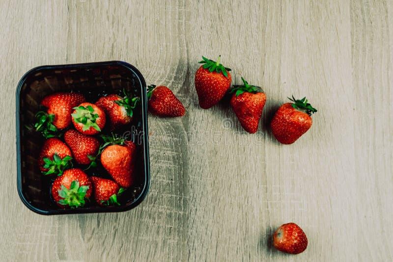 Hoop van verse aardbeien in kom op witte houten achtergrond royalty-vrije stock foto's
