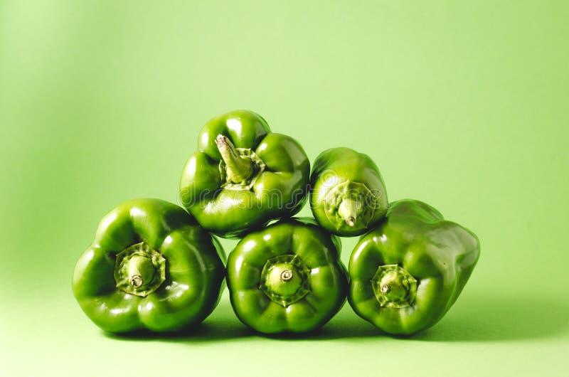 Hoop van verse groene paprikapeper op groene achtergrond/Hoop van F royalty-vrije stock afbeelding