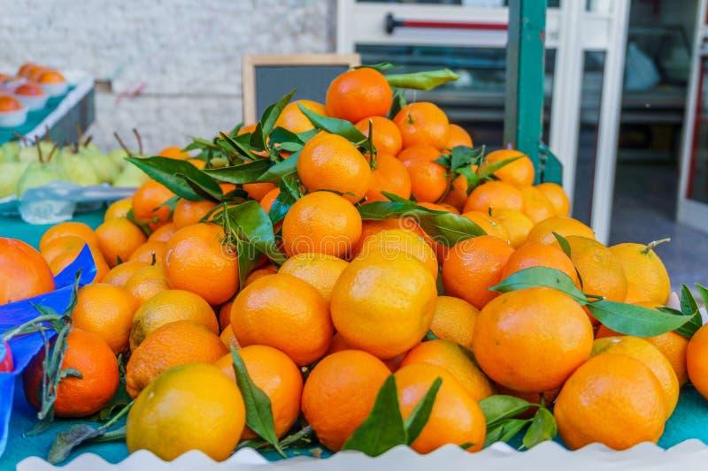 Hoop van verse rijpe sinaasappelenmandarijnen op de markt royalty-vrije stock foto