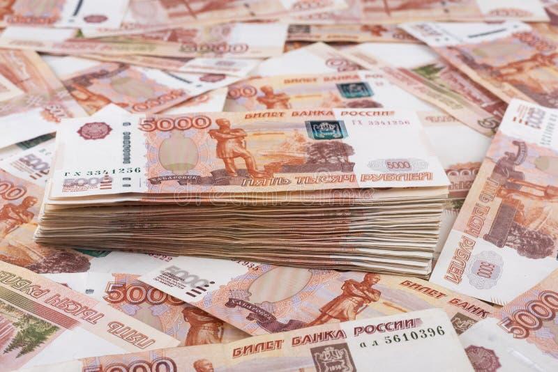 Hoop van vijf duizend Russische roebelsbankbiljetten stock afbeelding