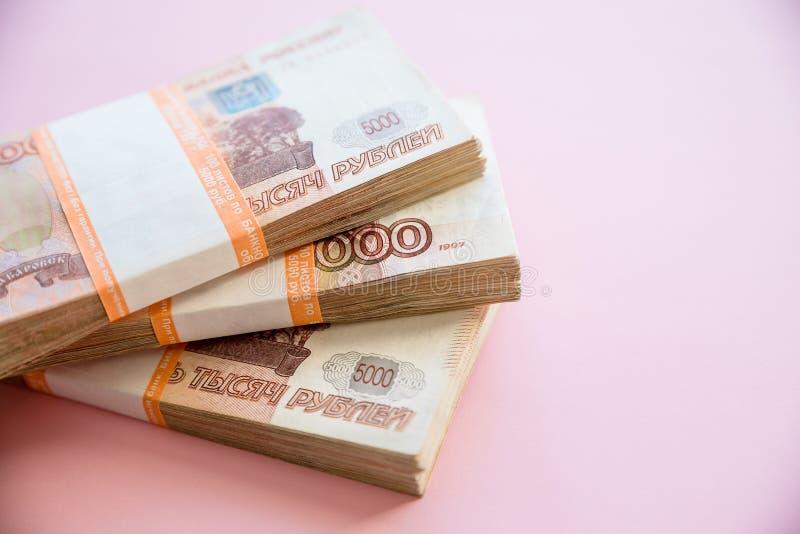 Hoop van vijf duizend Russische roebelsbankbiljetten partij van 5000 Russische roebelsnota's, over roze achtergrond De ruimte van stock afbeeldingen