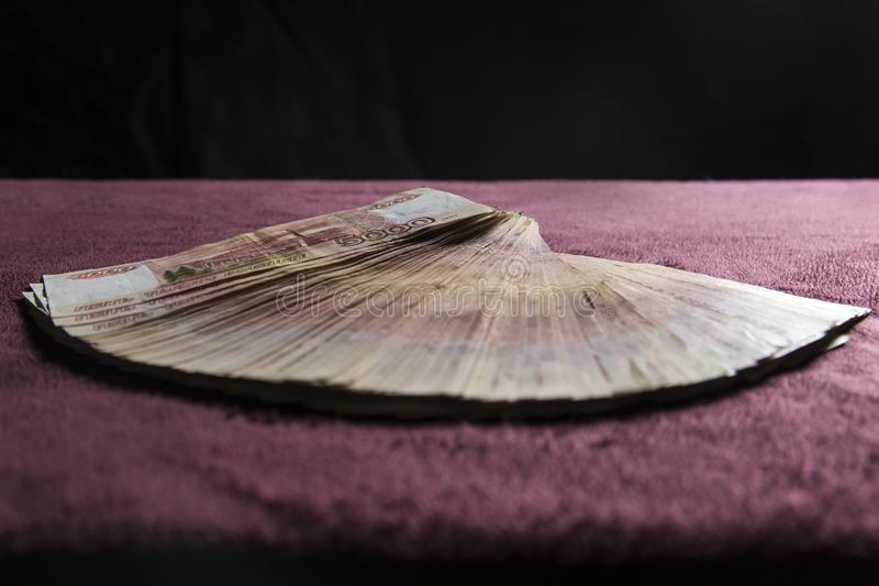 Hoop van vijf duizend Russische roebelsbankbiljetten, stapel op rood fluweel stock foto's