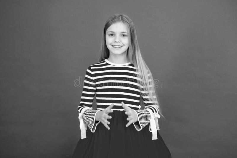 Hoop voor het beste Meisjes hoopvolle opgewekte gezicht die wens maken Geloof in mirakel Het kindmeisje die haar wens dromen komt royalty-vrije stock fotografie