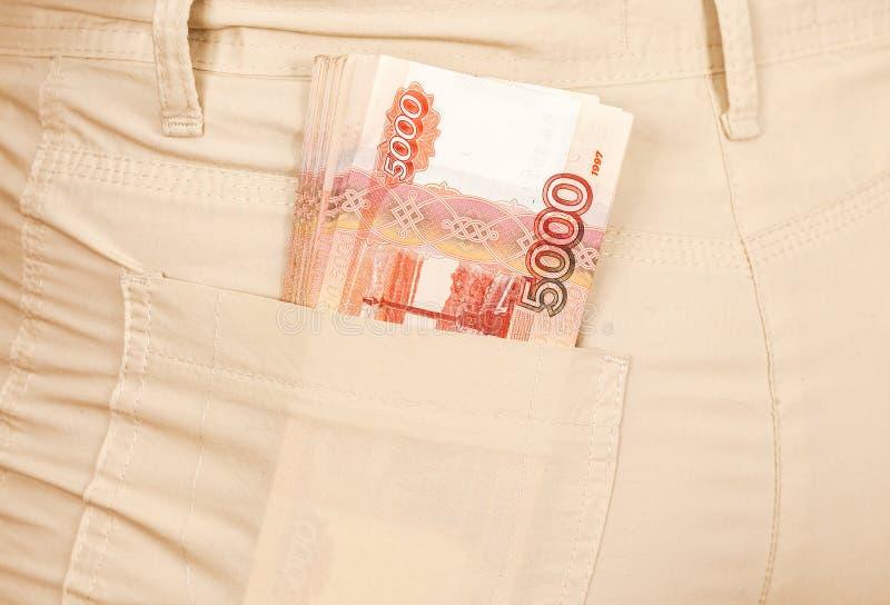 Hoopbankbiljetten van Russische roebels in de jeans royalty-vrije stock afbeelding
