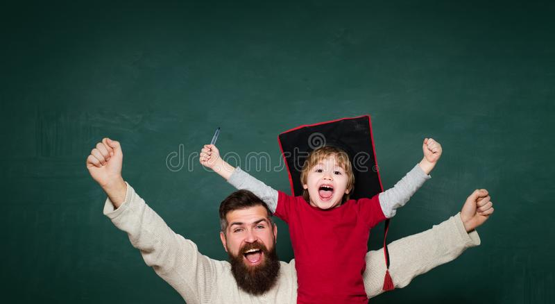hooray Poj?cie edukacja i nauczanie Szko?a podstawowa ucze? w sali lekcyjnej i nauczyciel Wiek i starzenie cz?owieku zdjęcie stock