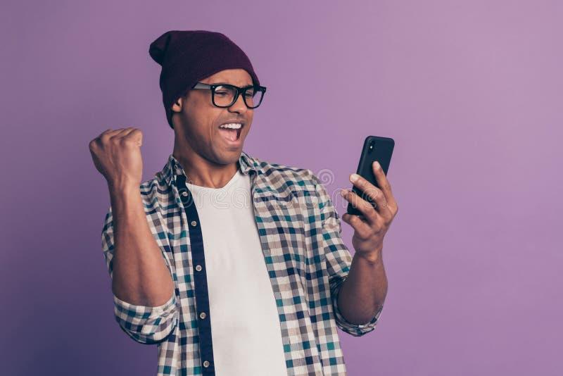 Hooray yeah fotografia chłodno nowożytnego pozytywnego rozochoconego błogiego ekstatycznego blogger dźwigania studencka pię obraz stock