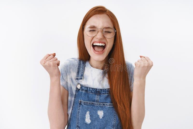 Hooray znakomity, szczęsliwy ja Szczęśliwy tryumfuje rudzielec nastoletnia dziewczyna dostawać stypendium robi pięści pompie, wrz obrazy royalty free