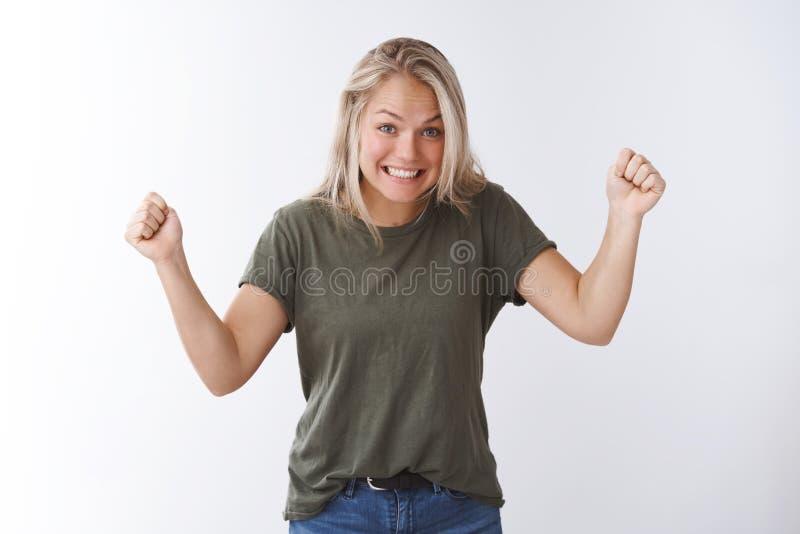 Hooray zrobiliśmy mię Blond caucasian kobieta zaciska nastroszone pięści w zdumieniu i radość świętuje zwycięstwo, tryumfuje obraz royalty free
