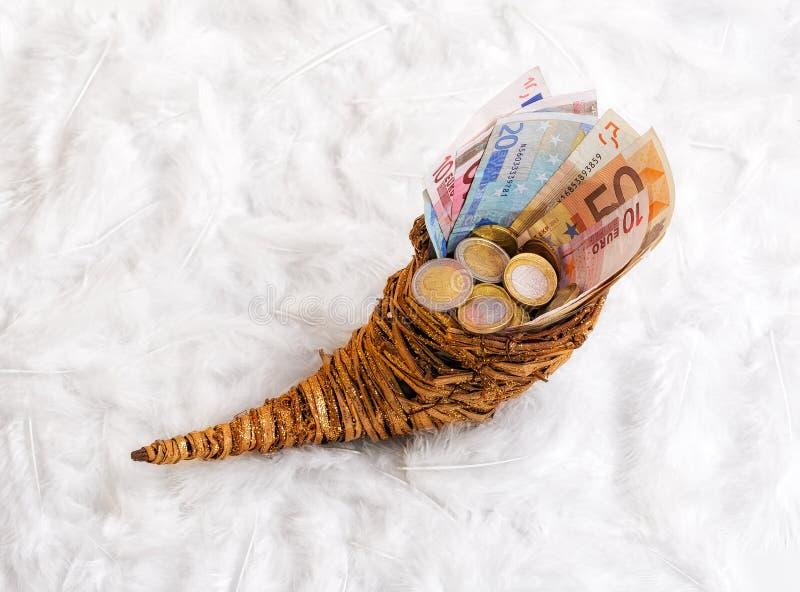 Hoorn des overvloeds met geld royalty-vrije stock afbeelding