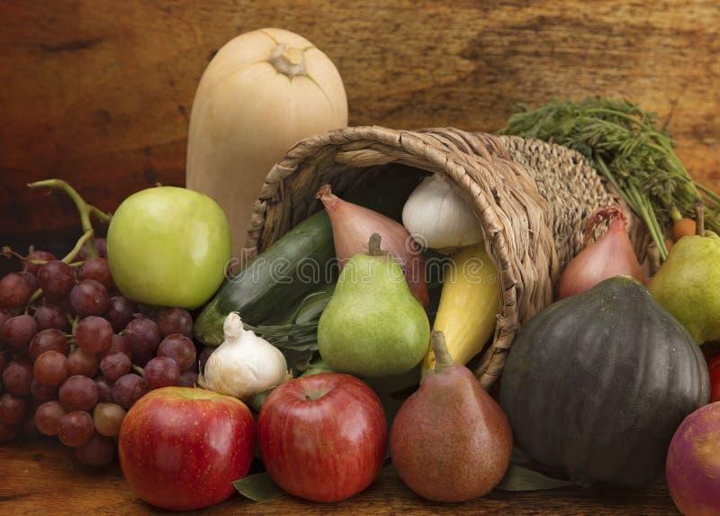 Hoorn des overvloeds met Verse Vruchten en Groenten wordt gevuld die stock foto's