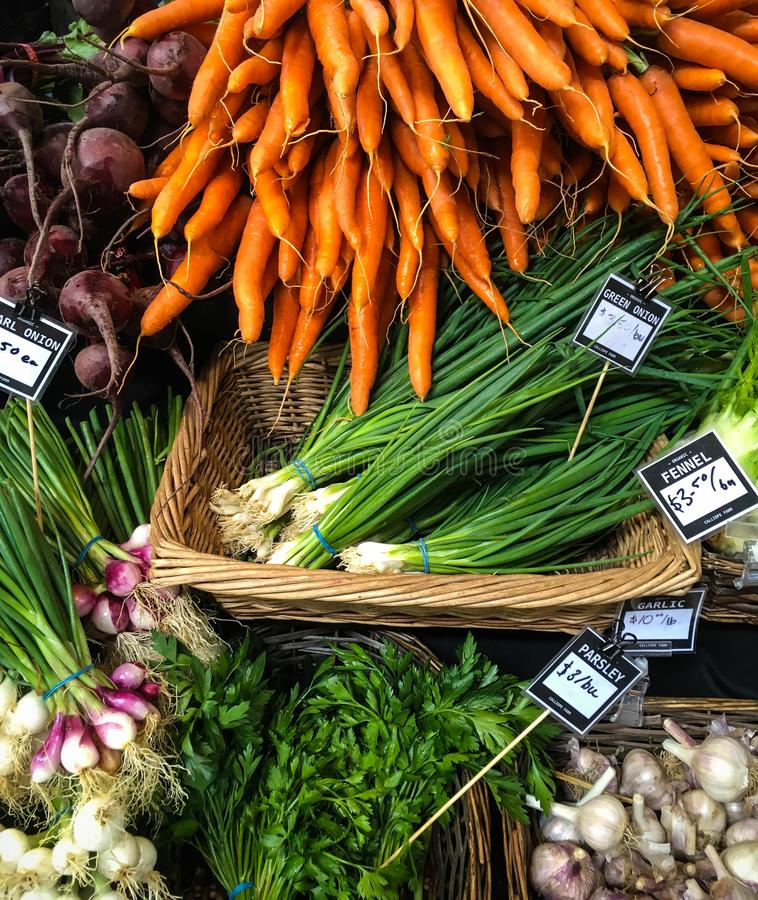 Hoorn des overvloeds van groenten in serie van kleuren van lokale landbouwersmarkt stock fotografie
