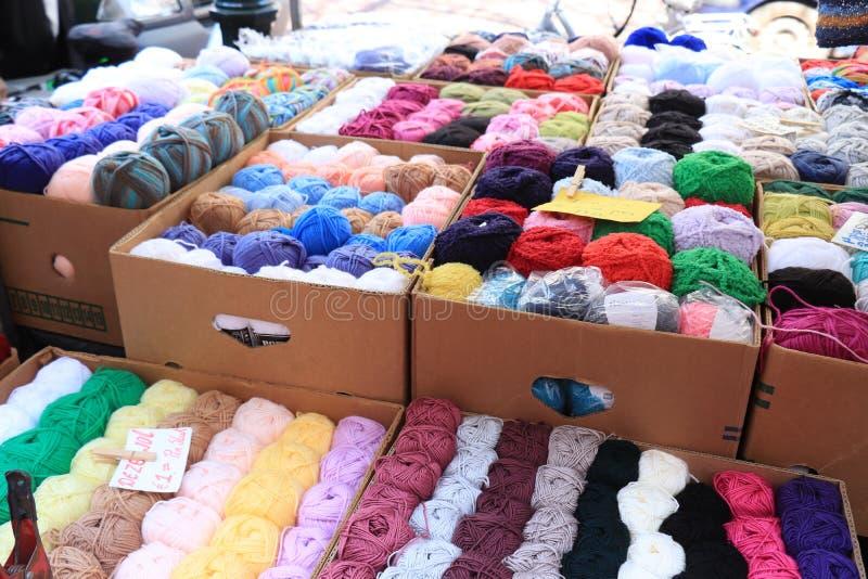 Hoorn, Paesi Bassi, il 20 aprile 2019: di filati di lana colorati Multi fotografia stock