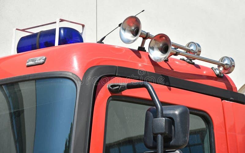 Hoornen en sirene op de bovenkant van een brandbestrijdersvoertuig royalty-vrije stock foto
