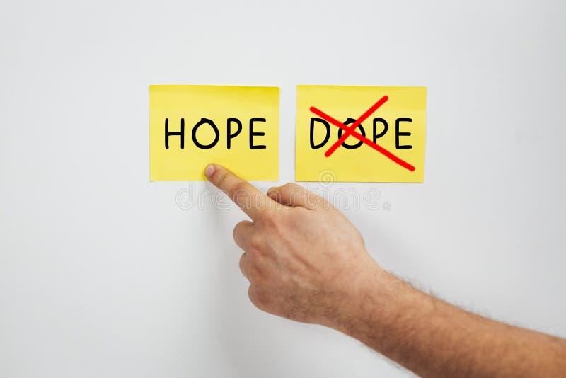 Hope of Dope, Cropped man hand kiest Hope - Een drugsmisbruik of een concept van drugsrevalidatie - Zeg nee tegen Dope en ja tege stock foto