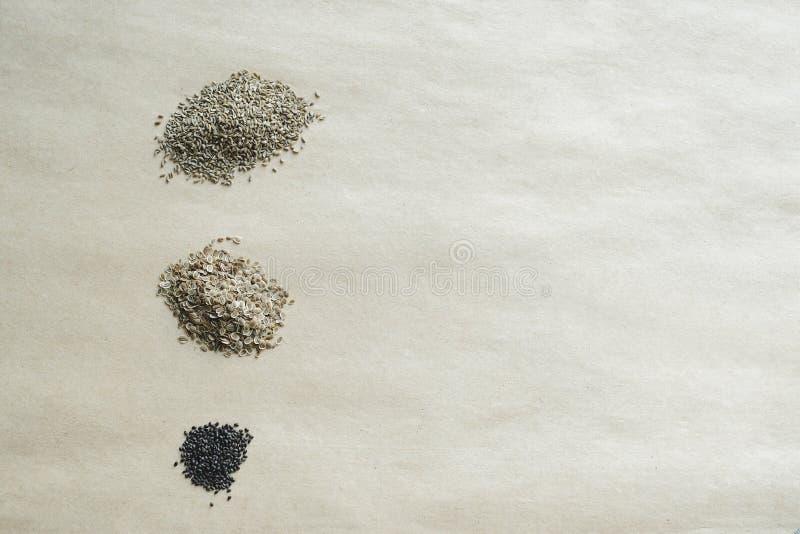 Hopen van zaden op document de achtergrond van kraftpapier royalty-vrije stock afbeelding